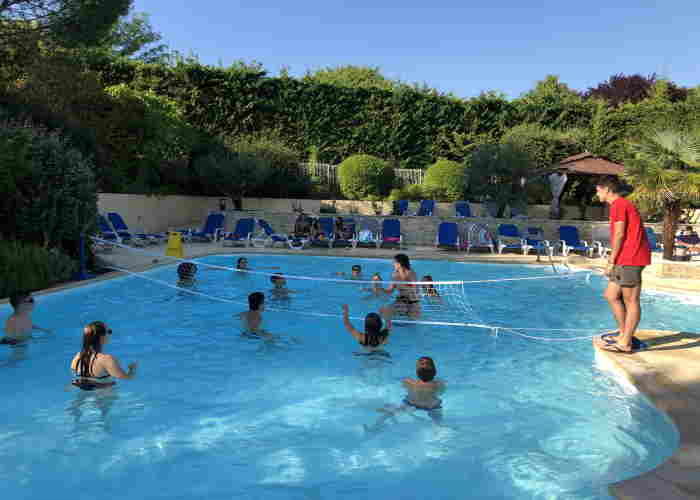 Match de waterpolo dans la piscine