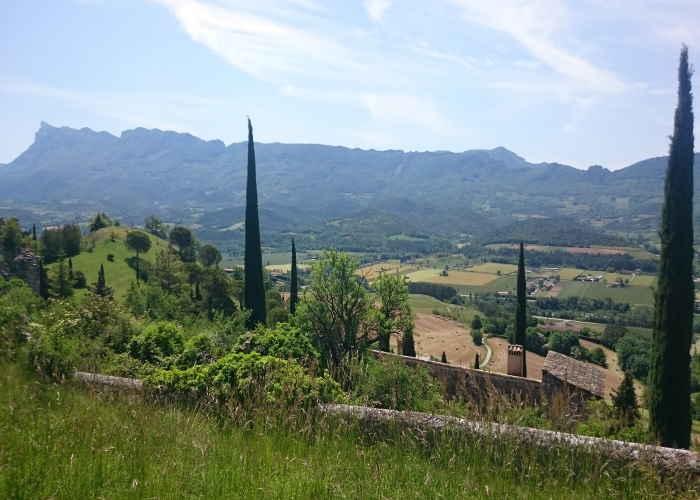 Blick auf das Tal und die Synklinale aus dem alten Dorf Mirabel