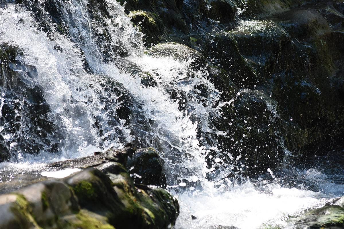 Hübscher kleiner Wasserfall auf der Gervanne nahe dem Campingplatz